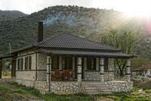 Πέτρινη μονοκατοικία στην Καταβόθρα Πάργας.